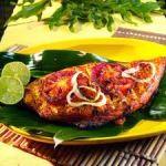 Salmón al curry rojo en hojas de banano  comida tailandesa