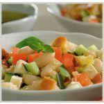 Ensalada de pepinos y porotos con croutons