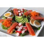 Ensalada de salmón con aguacate y huevo cocido