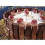 Pastel de coco y cerezas